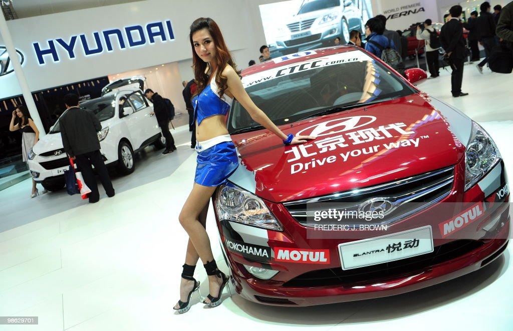 A model poses beside a Hyundai Elantra d : Nieuwsfoto's