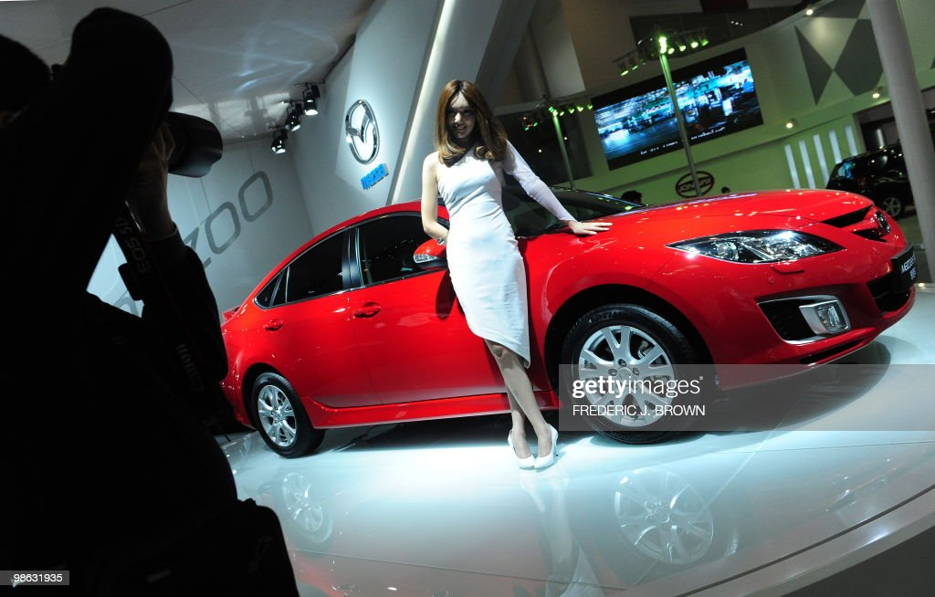 A model poses beside a Mazda 6 during a : Nieuwsfoto's