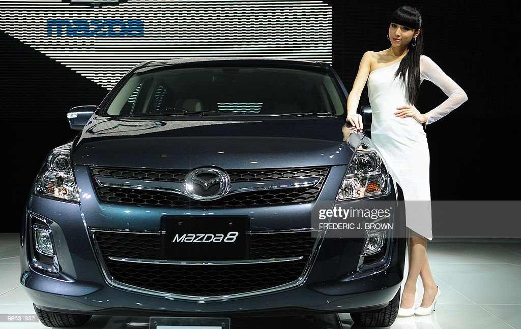 A model poses beside a Mazda 8 during a : Nieuwsfoto's