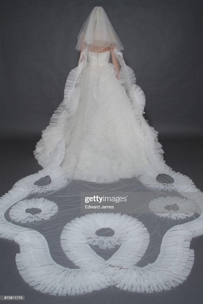 Victor & Rolf Marriage - Runway - New York Fashion Week: Bridal April 2017 : News Photo