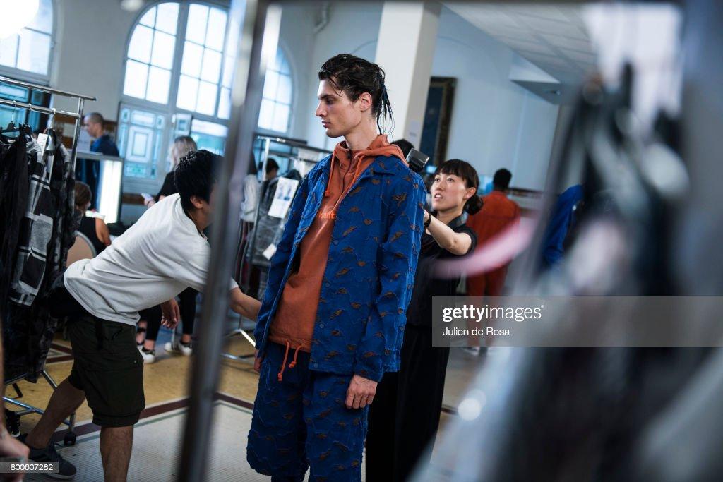 White Mountaineering : Backstage - Paris Fashion Week - Menswear Spring/Summer 2018 : ニュース写真