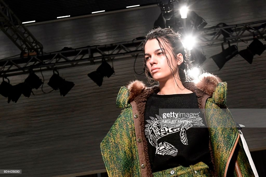 A model presents a creation by Atsushi Nakashima during the women's Fall/Winter 2018/2019 collection fashion show, in Milan, on February 26, 2018. / AFP PHOTO / Miguel MEDINA