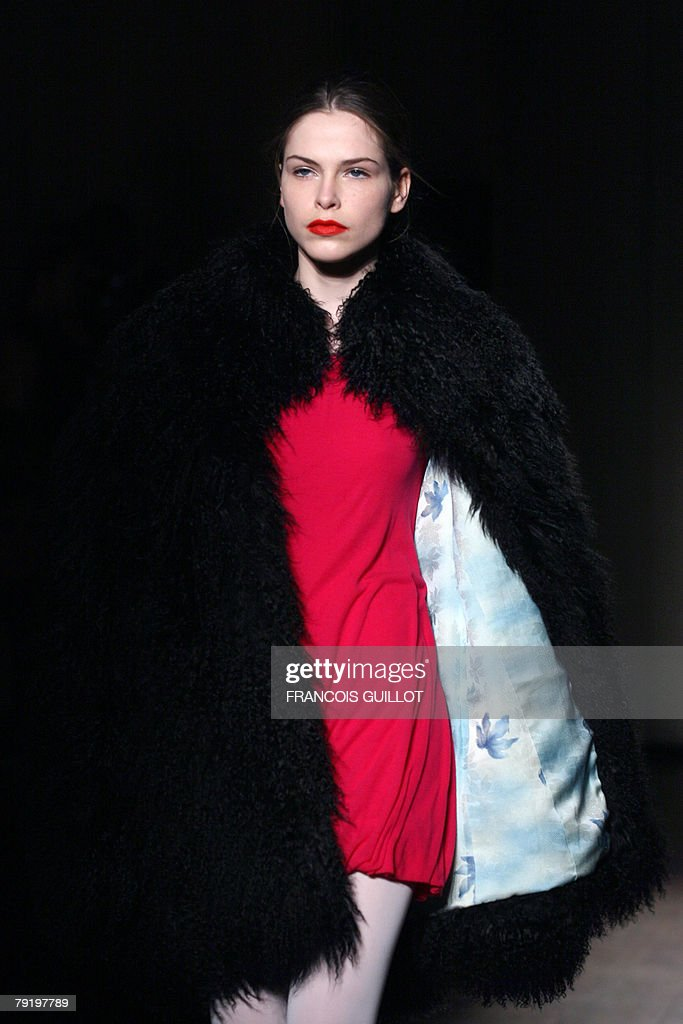 A model presents a creation by Belgian designer Jean-Paul Knott during his Spring/Summer 2008 Haute Couture collection show in Paris, 24 January 2008.