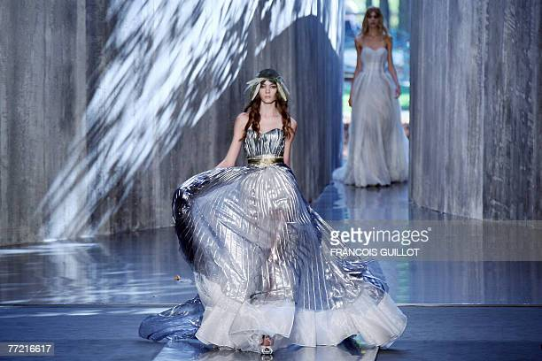 Model presents a creation by Belgian designer Olivier Theyskens for Nina Ricci during Spring/Summer 2008 ready-to-wear collection show in Paris, 07...