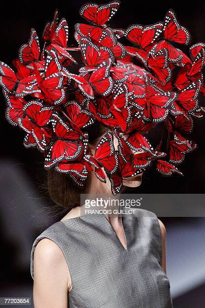 Model presents a creation by British designer Alexander Mcqueen during Spring/Summer 2008 ready-to-wear collection show in Paris, 05 October 2007....