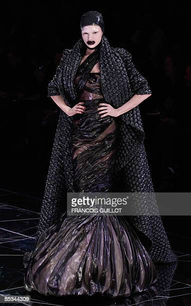 Model presents a creation by British designer Alexander McQueen during the autumn/winter 2009 ready-to-wear collection show in Paris, on March 10,...
