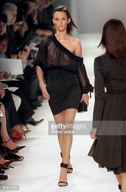 A model presents a creation by British designer Julien MacDonald for Givenchy 10 October 2001 during the spring/summer 2002 readytowear collections...
