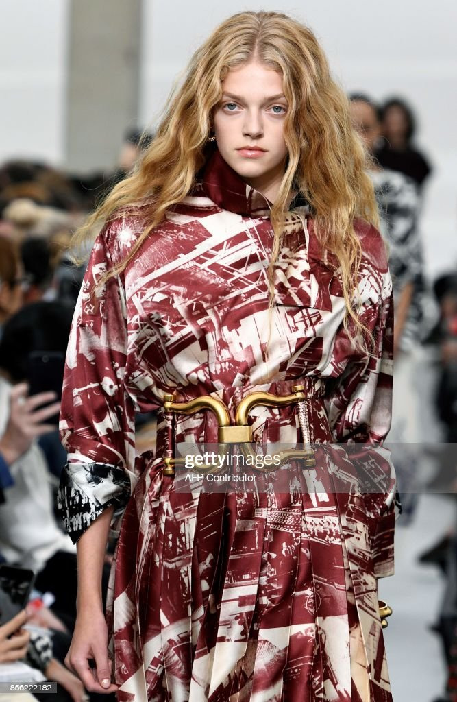 A model presents a creation by Celine, during the women's 2018 Spring/Summer ready-to-wear collection fashion show in Paris, on October 1, 2017. / AFP PHOTO / Bertrand GUAY