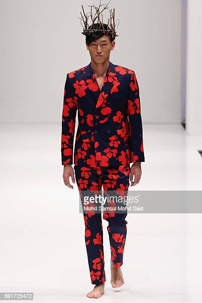 A model presents a creation by CMDI of Malaysia during the KL Fashion Week 2016 on August 18 2016 in Kuala Lumpur Malaysia KL Fashion Week 2016 will...