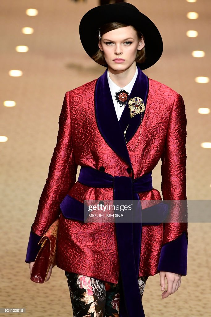 TOPSHOT - A model presents a creation by Dolce & Gabbana during the women's Fall/Winter 2018/2019 collection fashion show in Milan, on February 25, 2018. / AFP PHOTO / Miguel MEDINA