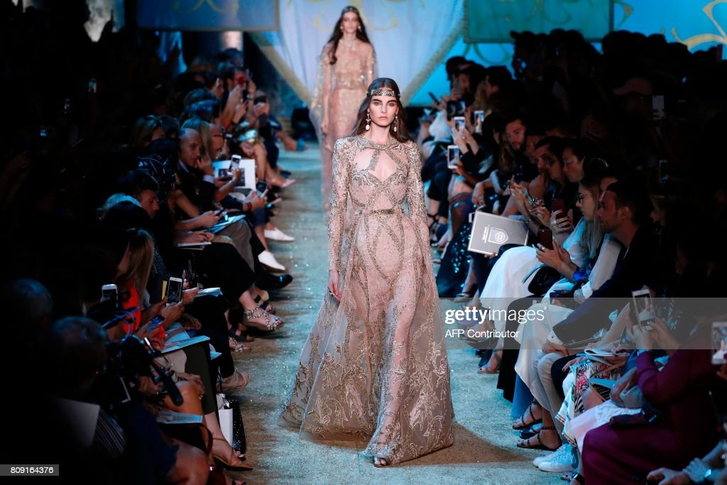 A model presents a creation by Elie Saab during the 2017-2018 fall/winter Haute Couture collection in Paris on July 5, 2017. / AFP PHOTO / Patrick KOVARIK