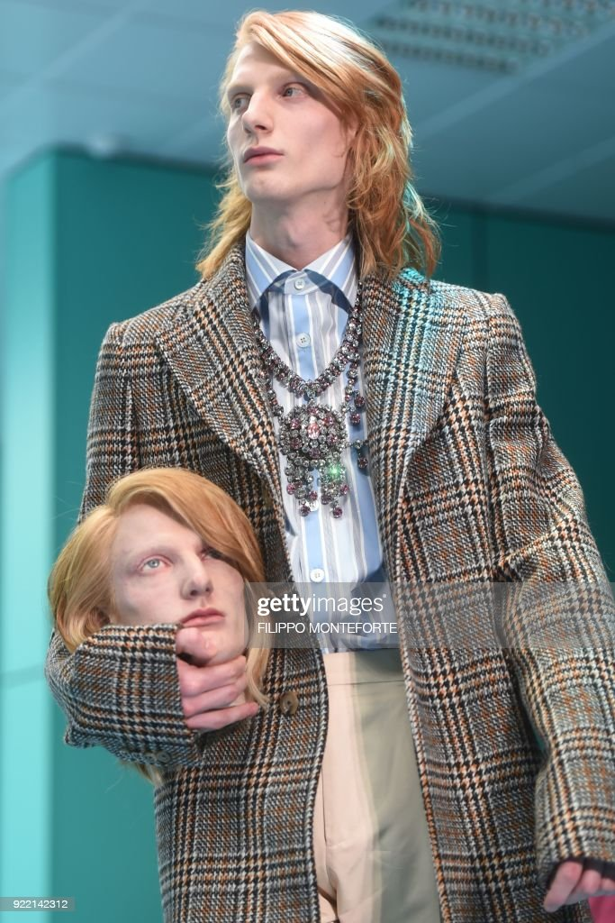 A model presents a creation by Gucci during the women's Fall/Winter 2018/2019 collection fashion show in Milan, on February 21, 2018. / AFP PHOTO / Filippo MONTEFORTE