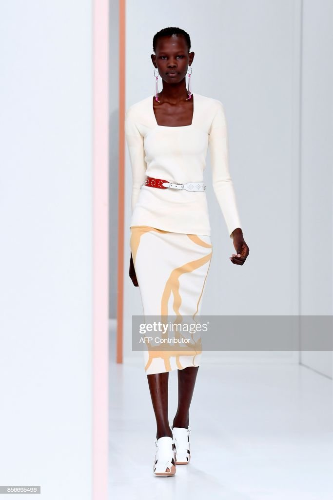 A model presents a creation by Hermes during the women's 2018 Spring/Summer ready-to-wear collection fashion show in Paris, on October 2, 2017. /