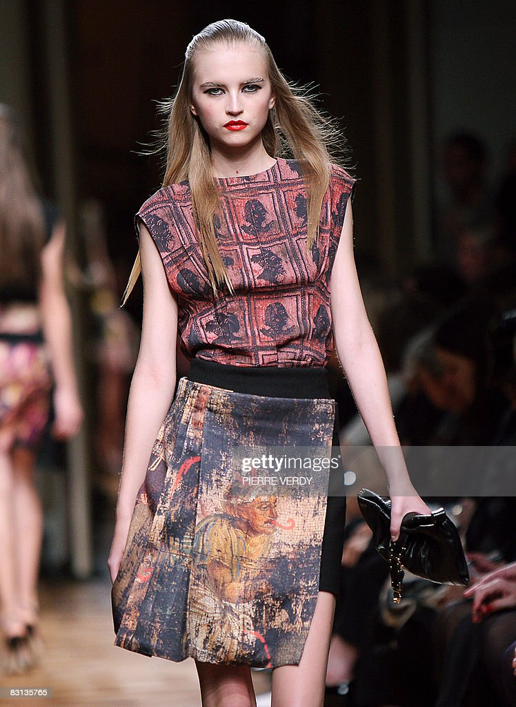 A model presents a creation by Italian d : News Photo