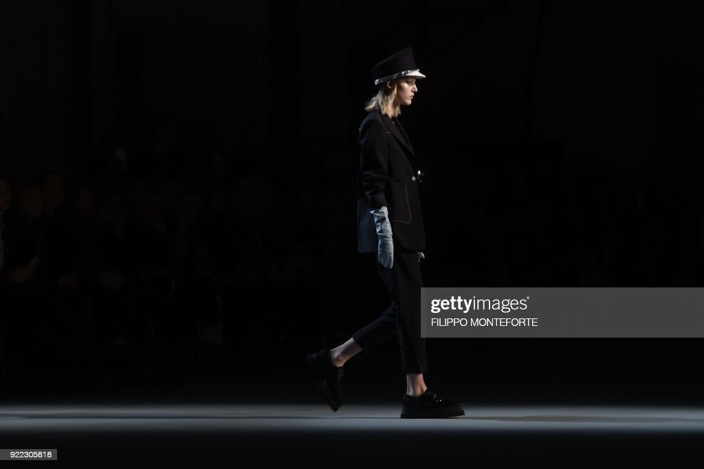 A model presents a creation by N 21 during the women's Fall/Winter 2018/2019 collection fashion show in Milan, on February 21, 2018. / AFP PHOTO / Filippo MONTEFORTE