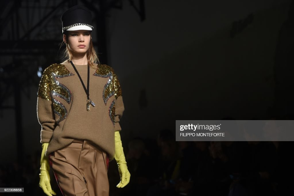 TOPSHOT - A model presents a creation by N 21 during the women's Fall/Winter 2018/2019 collection fashion show in Milan, on February 21, 2018. / AFP PHOTO / Filippo MONTEFORTE