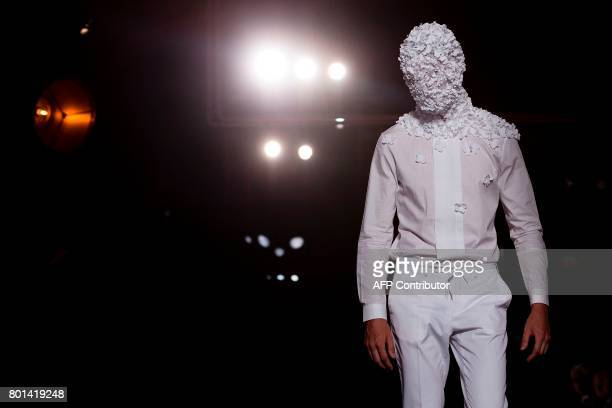 A model presents a creation by Spanish designer Antonio Miro at the 080 Barcelona Fashion Week in Barcelona on June 26 2017 / AFP PHOTO / Josep LAGO