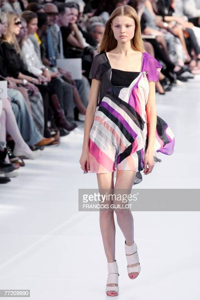 Model presents a creation by Swedish designer Paulo Melim Andersson for Chloe during Spring/Summer 2008 ready-to-wear collection show in Paris, 06...