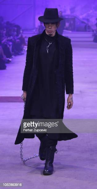 A model presents a creation by Turkish designer Hakan Akkaya at the Fall/Winter 1920 Fashion Show at Haskoy Yarn Factory on October 23 2018 in...
