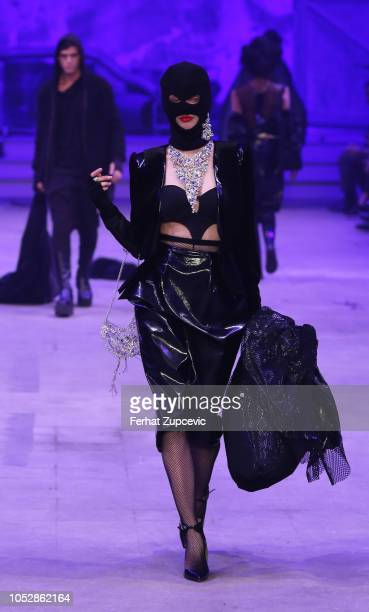 A model presents a creation by Turkish designer Hakan Akkaya during the Fall/Winter 1920 Fashion Show at Haskoy Yarn Factory on October 23 2018 in...