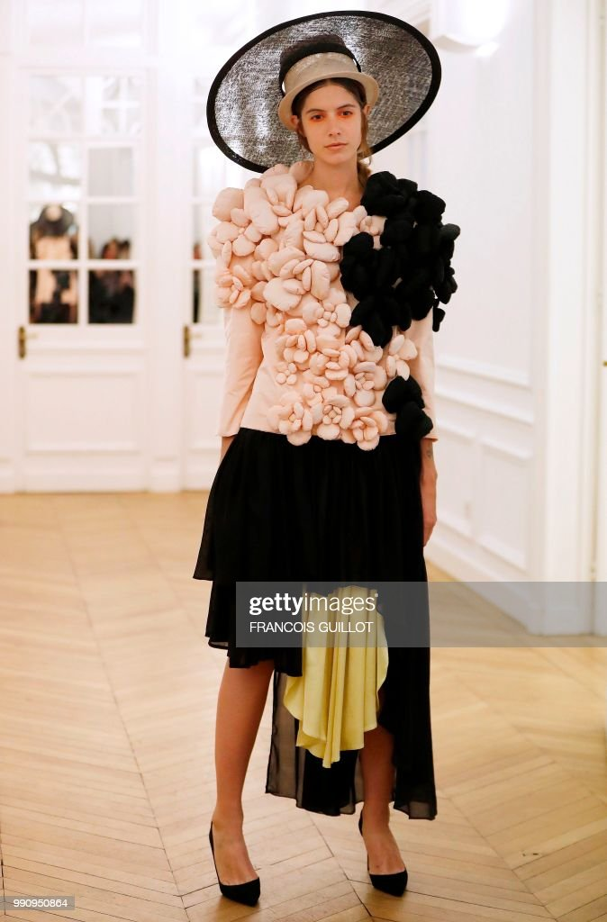 model-presents-a-creation-by-xuan-during-the-20182019-fallwinter-picture-id990950864