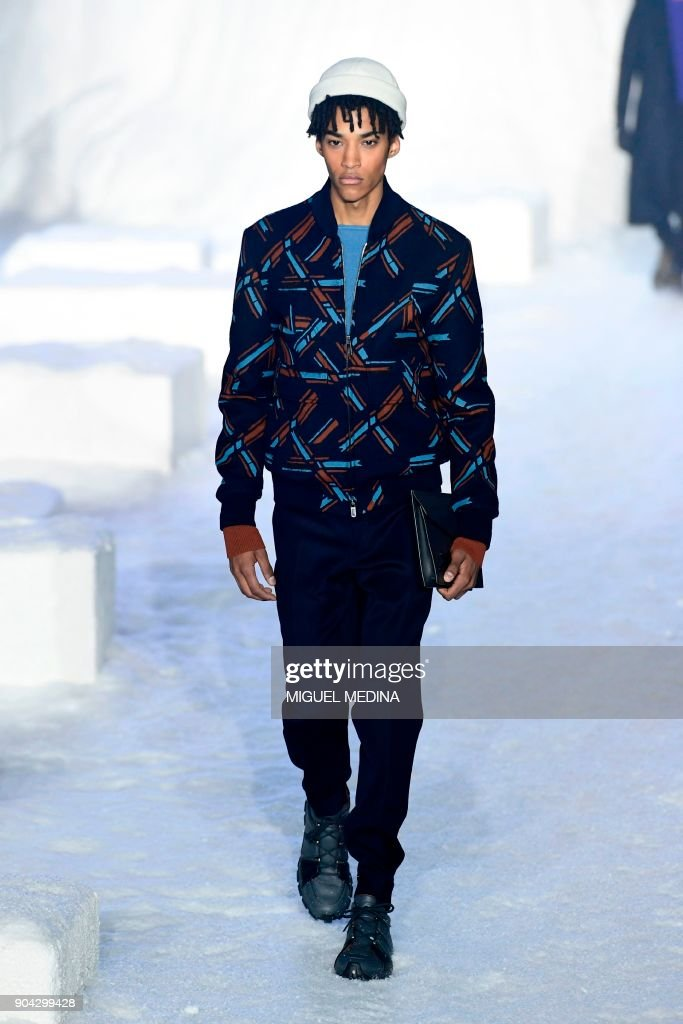 A model presents a creation for fashion house Ermenegildo Zegna during the Men's Fall/Winter 2019 fashion shows in Milan, on January 12, 2018. / AFP PHOTO / Miguel MEDINA