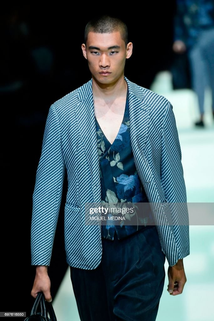 A model presents a creation for fashion house Giorgio Armani during the Men's Spring/Summer 2018 fashion shows in Milan, on June 19, 2017. / AFP PHOTO / Miguel MEDINA
