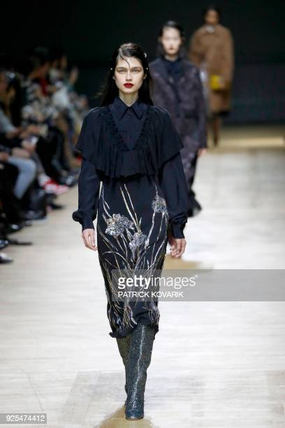 A model presents a creation for Rochas during the 2018/2019 fall/winter collection fashion show on February 28 2018 in Paris / AFP PHOTO / Patrick...