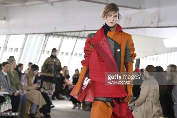 A model presents a creation for Sacai during the 2018/2019 fall/winter collection fashion show on March 5 2018 in Paris / AFP PHOTO / ALAIN JOCARD