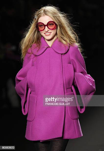 Model presents a creation for Sonia Rykiel during the autumn/winter 2008-2009 ready-to-wear collection show in Paris, 29 February 2008. AFP PHOTO...