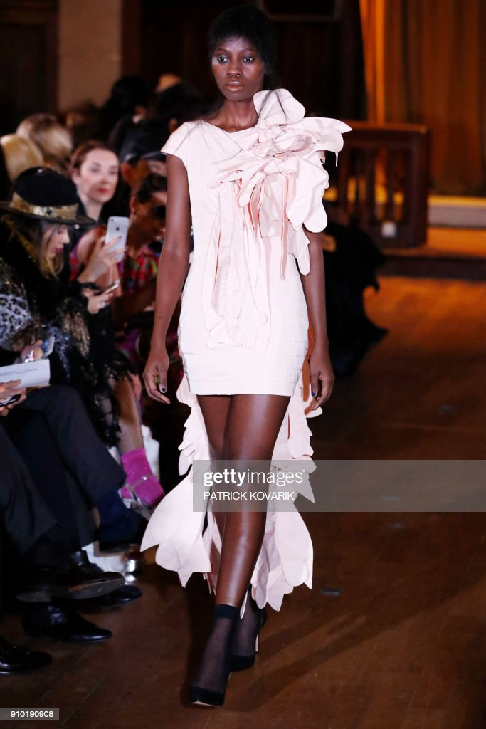 model-presents-a-creation-for-xuan-during-the-2018-springsummer-haute-picture-id910190908