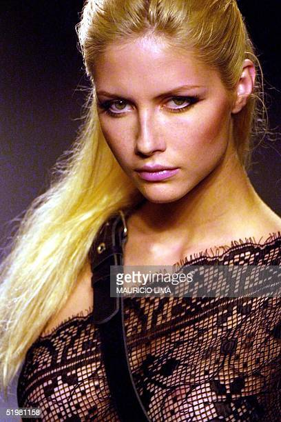 A model presents a design by the Forum label 02 February 2001 during the Sao Paulo Fashion Week Sao Paulo Brazil Una modelo de la marca Forum desfila...