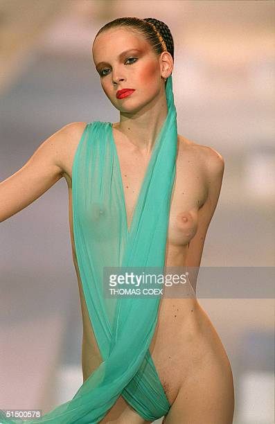 A model presents a turquoise light creation for US fashion designer Jeremy Scott 09 October 1999 in Paris for his SpringSummer 2000 readytowear...