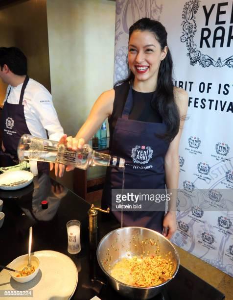 Model Rebecca Mir aufgenommen bei einem Pressetermin zum Festival Spirit of Istanbul im Sternerestaurant Weinbar Rutz in Berlin Mitte Sie bereitet...