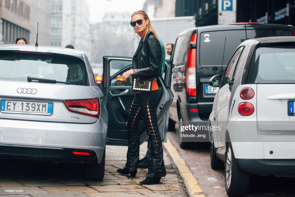 Street Style: February 24 - Milan Fashion Week Fall/Winter 2017/18 : Nieuwsfoto's
