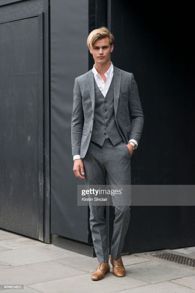 Street Style - London Fashion Week - Menswear Spring/Summer 2018 : Day Four : News Photo