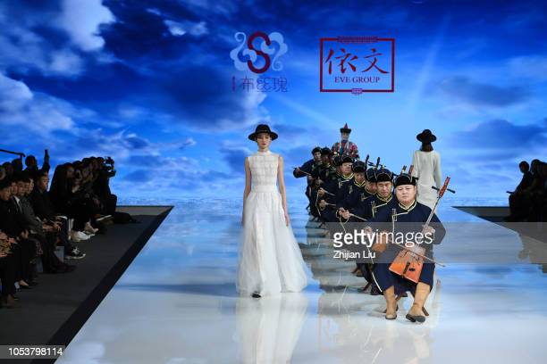 s eve fashion show ストックフォトと画像 getty images