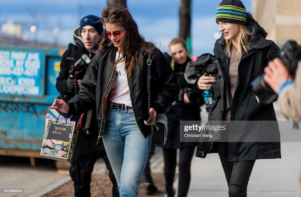 Street Style - New York Fashion Week February 2017 - Day 7 : ニュース写真