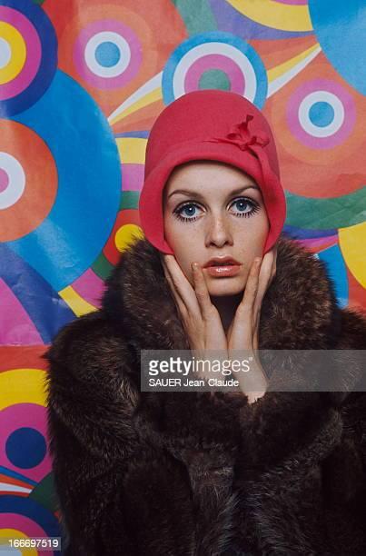 Model Twiggy. Portrait de TWIGGY, manteau de fourrure et chapeau sur la tête. Elle est l'un des premiers top-modèles androgynes. .
