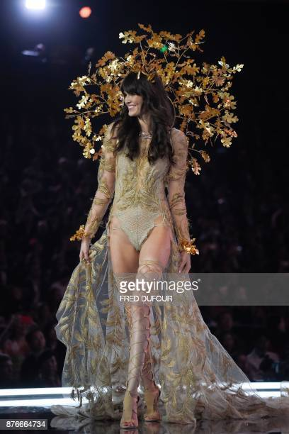 US model Vanessa Moody presents a creation during the 2017 Victoria's Secret Fashion Show in Shanghai on November 20 2017 / AFP PHOTO / FRED DUFOUR /...