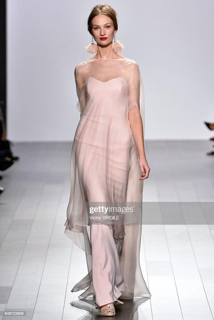 Badgley Mischka - Runway - September 2017 - New York Fashion Week : News Photo
