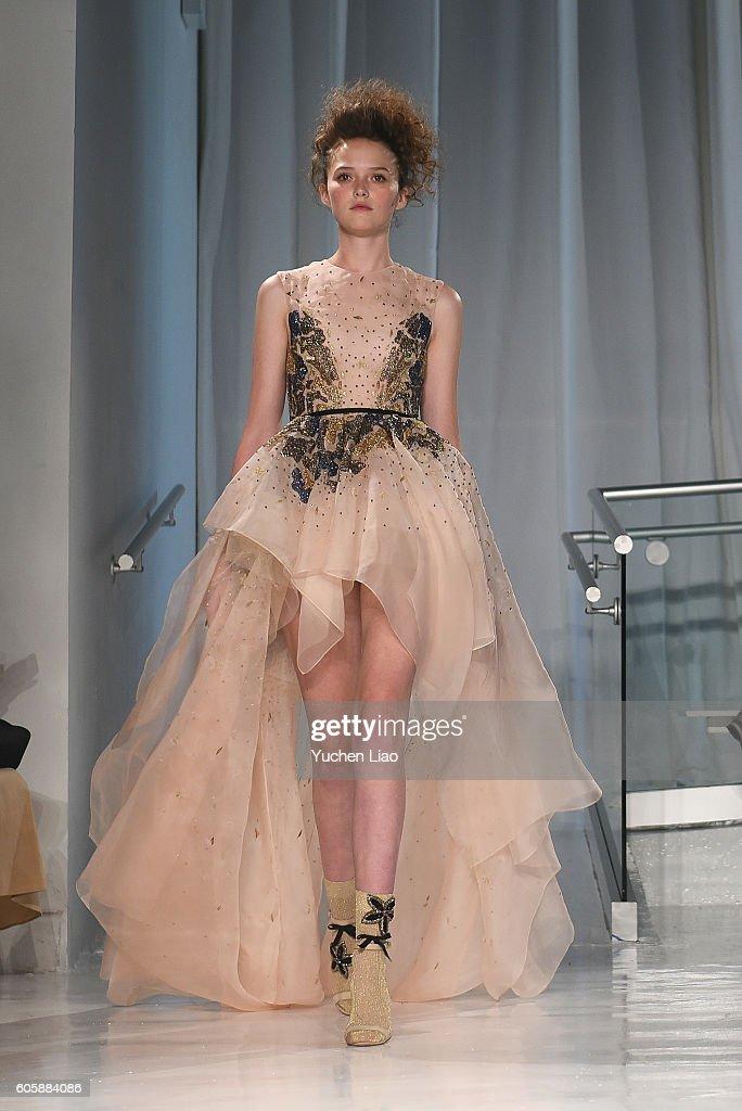 Reem Acra - Runway - September 2016 - New York Fashion Week : News Photo