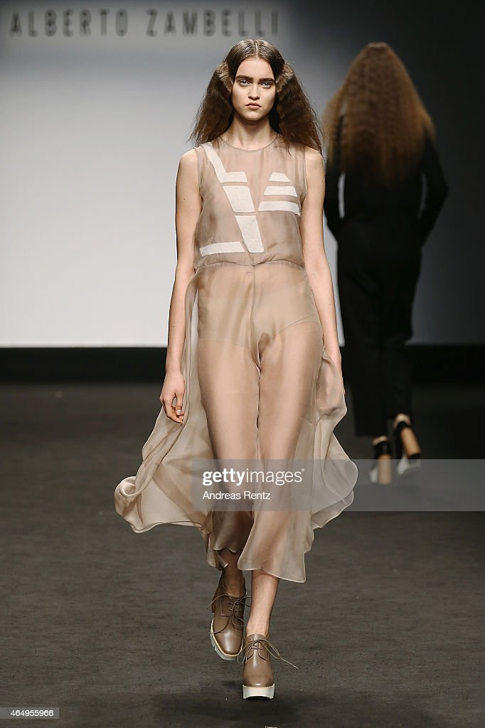 Runway model accidentally shows pussy
