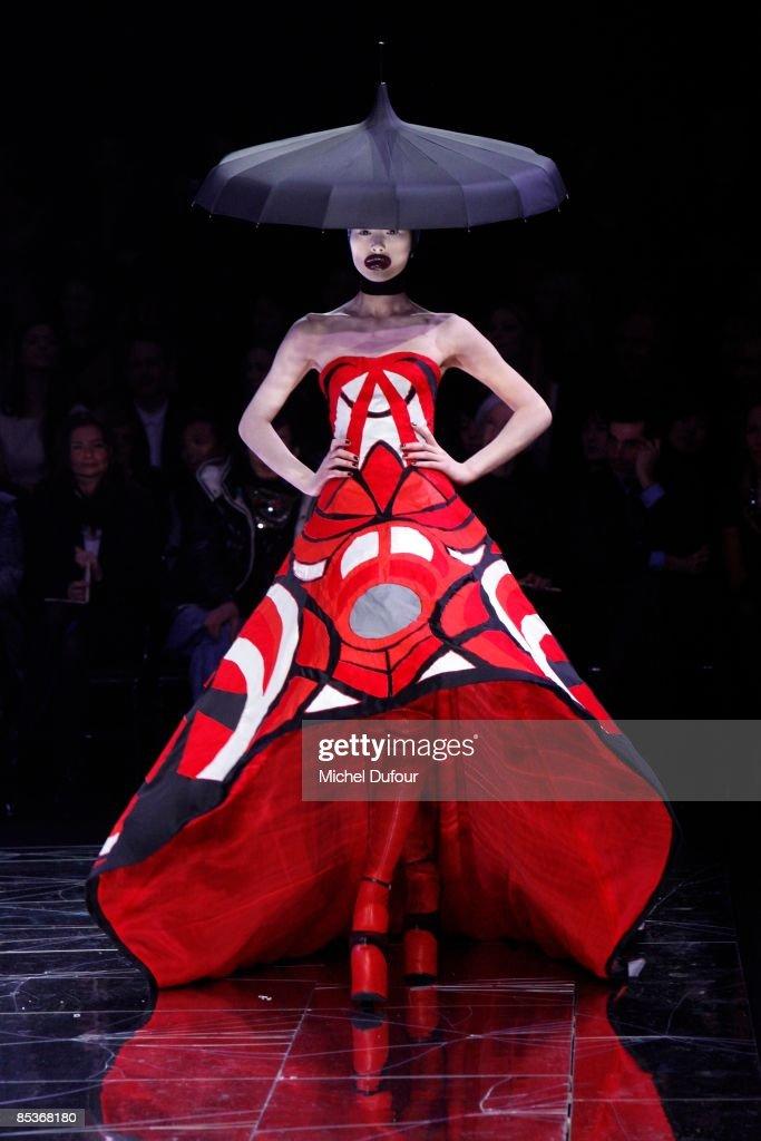 Alexander McQueen: Paris Fashion Week Ready-to-Wear A/W 09 : News Photo