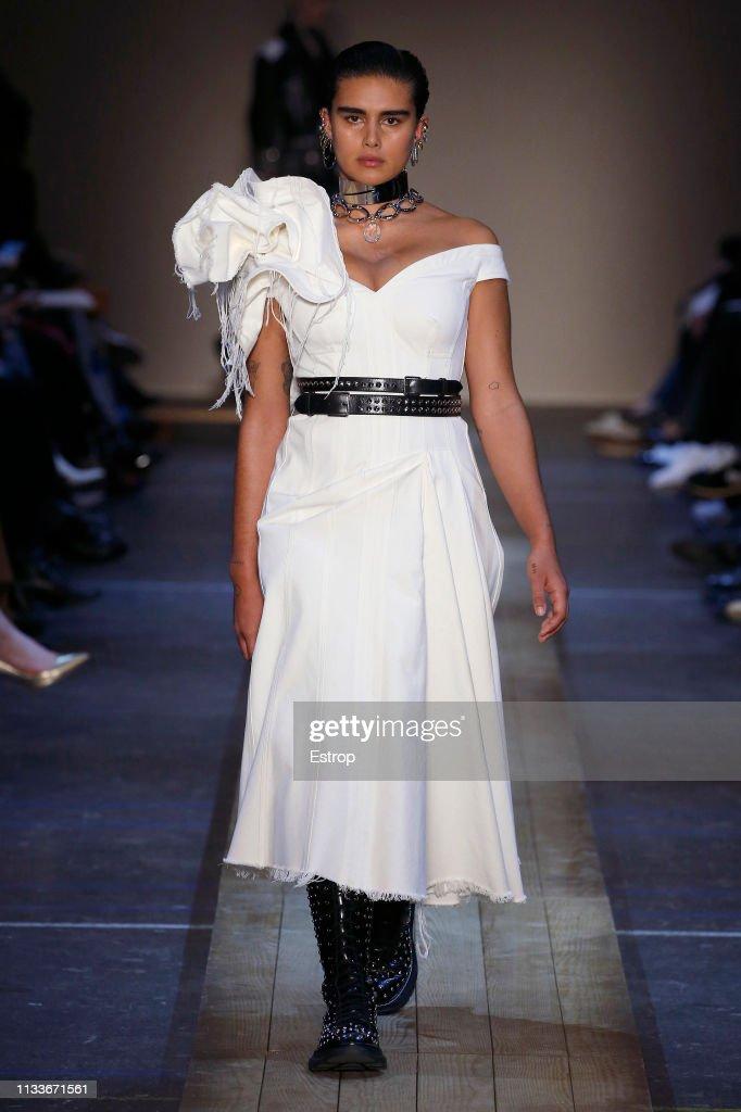 Alexander McQueen : Runway - Paris Fashion Week Womenswear Fall/Winter 2019/2020 : ニュース写真