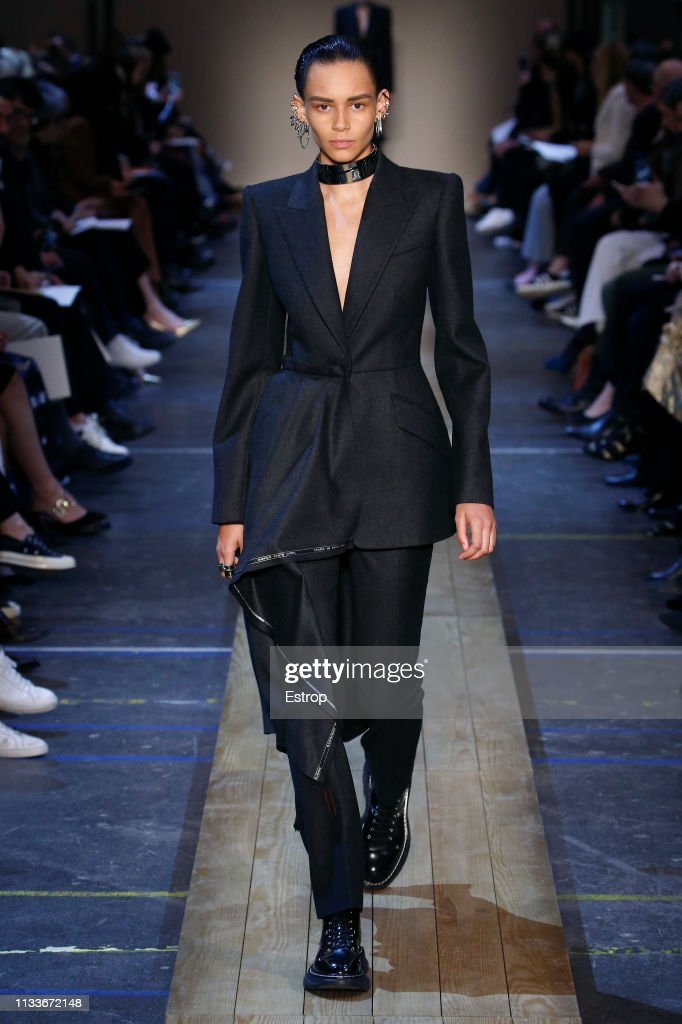 Alexander McQueen : Runway - Paris Fashion Week Womenswear Fall/Winter 2019/2020 : ニュース写真