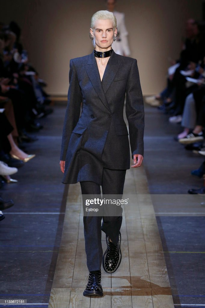 Alexander McQueen : Runway - Paris Fashion Week Womenswear Fall/Winter 2019/2020 : News Photo