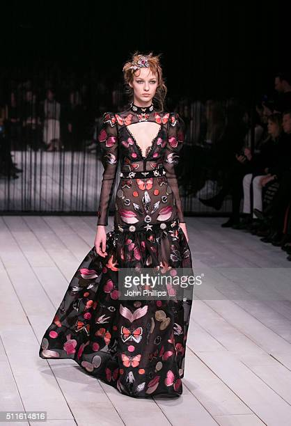 A model walks the runway at the Alexander McQueen show during London Fashion Week Autumn/Winter 2016/17 at Royal Horticultural Society on February 21...
