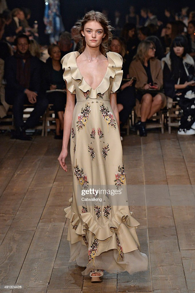 edceb4e3e Alexander McQueen - Runway RTW - Spring 2016 - Paris Fashion Week   News  Photo