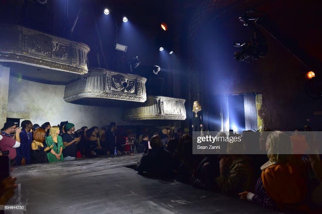 Alexander Wang - Front Row & Runway - February 2017 - New York Fashion Week : News Photo